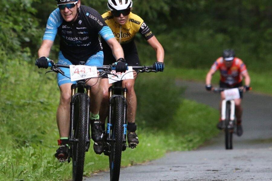 Beim Erzgebirgsradrennen 2021 innerhalb der Treibjagd im Dunkelwald gehörten Dennis Sczudlek und Lena Mautsch zu den Startern, die sich über die Berge quälten.