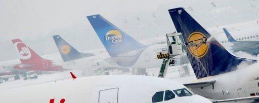 Schnee und Eisglätte haben in Deutschland erneut für massive Verkehrsprobleme gesorgt. Allein auf Deutschlands größtem Flughafen in Frankfurt am Main wurden rund 340 von gut 1360 geplanten Flügen gestrichen. An anderen europäischen Flughäfen warten weiter tausende Passagiere auf ihren Flug