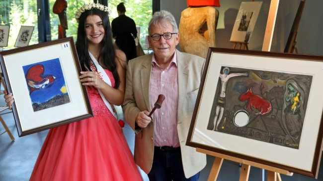 Jolina I. mit dem Auktionator Michael Ulbricht aus Leipzig. Sie zeigen zwei Lithografien von Marc Chagall. Die musste der Auktionator aber wieder mit nach Hause nehmen.