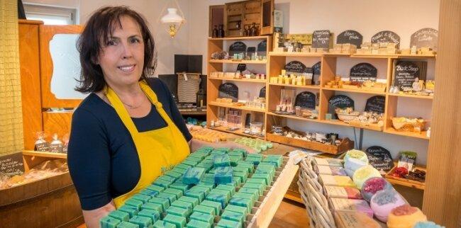 """Liane Uhlmann bietet unter der Eigenmarke """"Mein Seifenstück"""" derzeit rund 50 verschiedene Seifen aus eigener Herstellung an."""