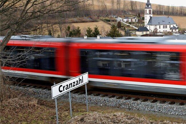 Ein Zug der Erzgebirgsbahn fährt in Cranzahl ab.