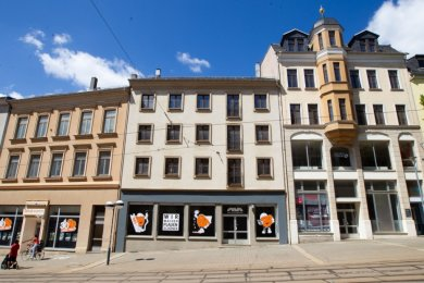 Die Wohnhäuser Bahnhofstraße 35 und 37 (von links) sollen Neubauten weichen, während das Haus mit der Nummer 39 (rechts) erhalten und saniert werden soll. Die städtische Wohnungsbaugesellschaft WBG hat ambitionierte Pläne für das Gebäude-Trio in der Fußgängerzone gleich neben dem Capitol-Kino.