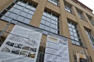 Wo früher gewebt wurde, steht heute die Kulturfabrik. Es ist des Bauzauns letzte Station... bis es in wenigen Wochen weiter geht.
