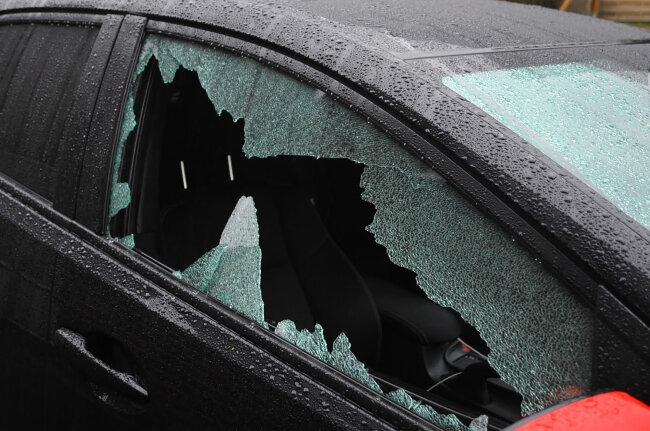 Eingeschlagene Scheiben hinterließen Unbekannte an mehreren Autos in der Plauener Ostvorstadt.