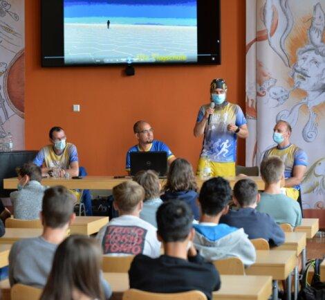 """Mitglieder des Vereins """"Run and Gone"""" sprachen vor Neuntklässlern des Freiberger Schollgymnasiums über ihre Sucht und wie sie sich von der Abhängigkeit freigelaufen haben."""