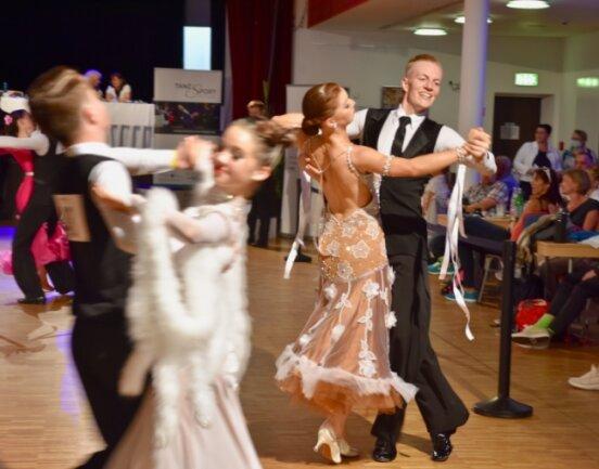 Auf dem Weg zur Tanzfläche in der Stadthalle waren die Routen vorgegeben. Auf dem Parkett selbst konnten die Paare hingegen ihrer Freude an der Bewegung freien Lauf lassen - und taten das auch.