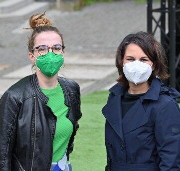 Annalena Baerbock (rechts) und die Bundestagskandidatin der Chemnitzer Grünen, Karola Köpferl, auf dem Theaterplatz.