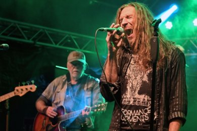 Mit geschlossenen Augen singt es sich am besten: Karussell-Frontmann Joe Raschke (rechts) zog beim Konzert im Sonnenbad Rußdorf die Blicke auf sich. Begleitet wurde er unter anderen von Bassist Jan Kirsten (links) und Gitarrist Reinhard Huth.