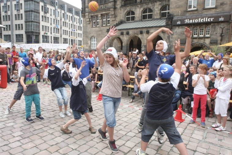 Trockenschwimmen vorm Rathaus: Kreativ protestierten rund 250 Mitglieder von Sozial-, Sport- und Kulturvereinen - hier Wasserballer des Chemnitzer Schwimmclubs - vor Beginn der Ratssitzung am Montag gegen Einsparungen im Sport-, Jugend- und Kulturbereich.