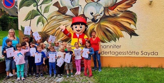 Die Erzieherinnen Anja Beyer und Ramona Zemmrich haben sich mit denKindern über den Besuch vom Rettungswichtel gefreut.
