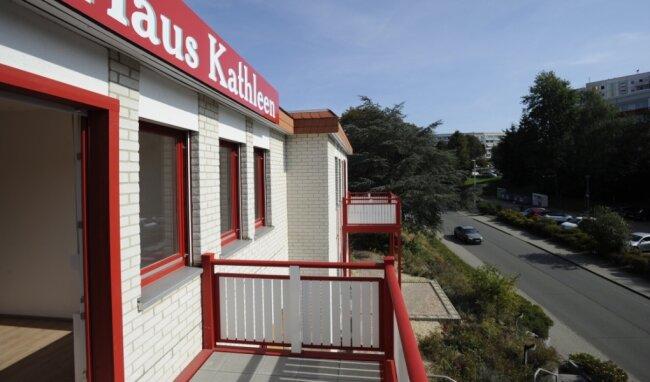 Alle Wohnungen verfügen über Balkon, bereits eingezogen ist ein Pflegedienst.