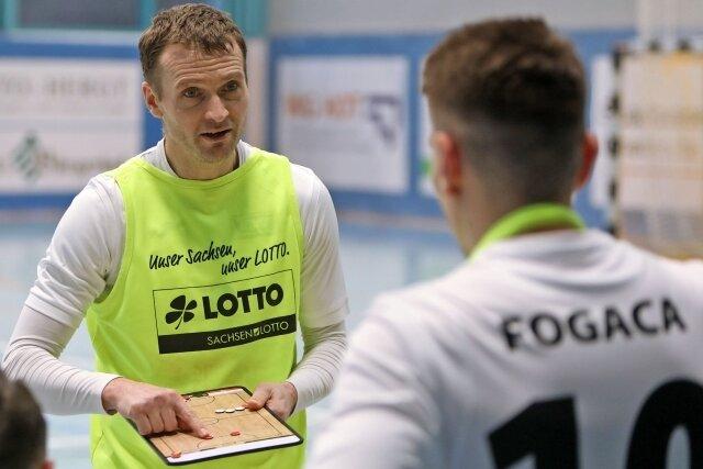 Findet Spielertrainer Michal Salak mit dem Futsal-Team des VfL Hohenstein-Ernstthal die richtige Taktik?