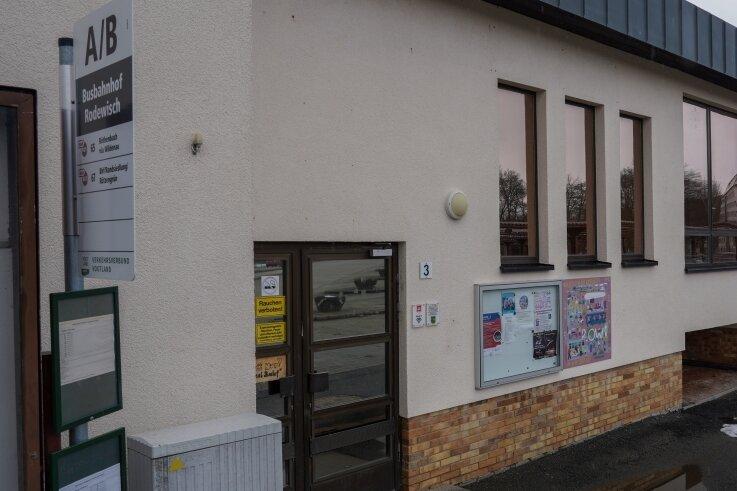 Am Rodewischer Busbahnhof befand sich bis 2019 der Jugendtreff des Kinder- und Jugendhilfswerks Regenbogen. Eine Nachfolgelösung zieht sich hin. Jetzt ist es ein Fall fürs Verwaltungsgericht.