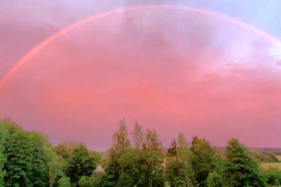 Rosafarbener Regenbogen überspannt das halbe Vogtland