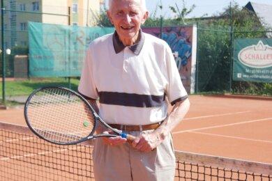 Das Reichenbacher Vereinsurgestein Heinz Morbach spielt wöchentlich mit seinen Freunden Tennis.