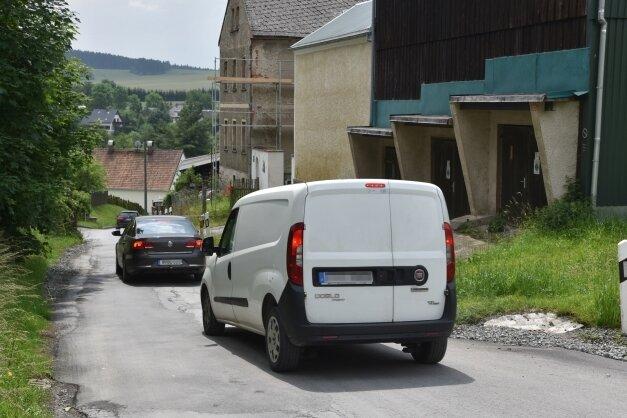 Die schmale Straße Unterer Görnitzer Weg im Wohngebiet Ährenfeld in Oelsnitz. Jetzt sollen Ampeln den Verkehr verringern.