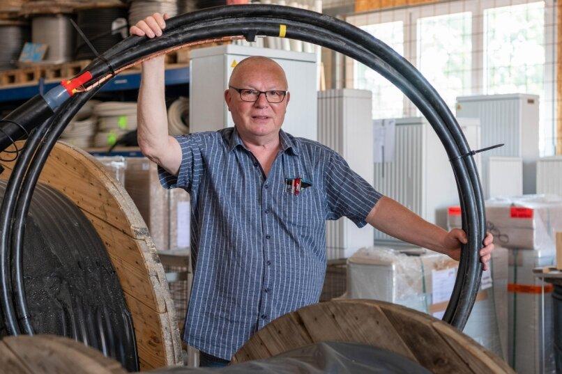 Bernd Selbmann, Geschäftsführer der Selbmann Elektroanlagenbau GmbH Penig, im Materiallager der Firma. Er hofft auf Jugendliche mit handwerklichen Ambitionen, die sich für eine Ausbildung interessieren.