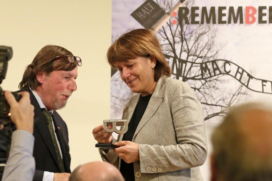 """Christoph Heubner, Exekutiv-Vizepräsident des Internationalen Auschwitz Komitees, überreichte die Statue """"B""""."""