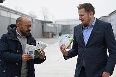 Der Chef der Hartmannsdorfer Firma CKM, Christoph Montag (rechts), und Betriebsleiter Akif Bulut zeigen Coronatests, die per Flugzeug aus China importiert wurden und jetzt deutschlandweit verkauft werden.