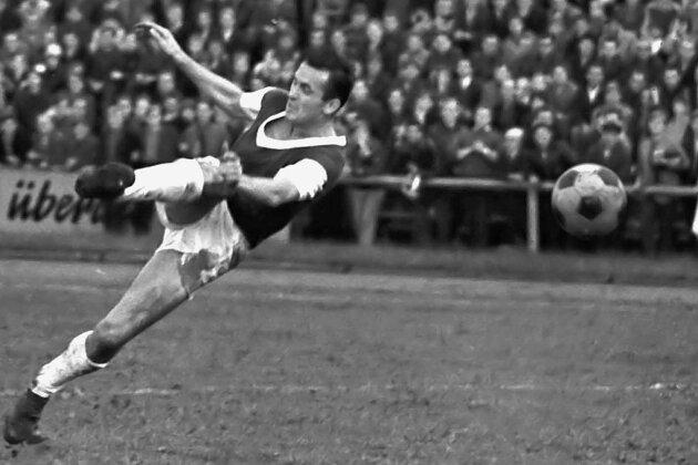 Perfekte Schusshaltung bei Klaus Zink. Der Stürmer brachte es zwischen 1957 und 1971 für Wismut auf 279 Oberligaspiele, in denen er 82 Tore erzielte. In seinen neun Europapokalpartien traf er sechsmal.