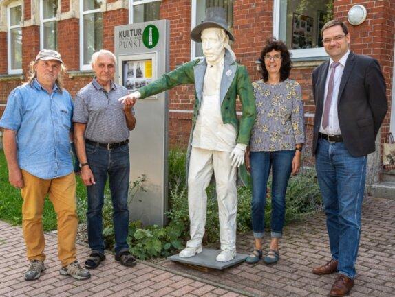 Jürgen Naumann aus Dresden, die Ortschronisten Günter Bäuerle und Gabi Nitsche sowie Bürgermeister Andreas Gruner (von links) haben sich für die Andreas-Schubert-Ausstellung engagiert. Mittendrin eine Figurine von Schubert, die in der Schau im Ströher-Haus zu sehen sein wird.