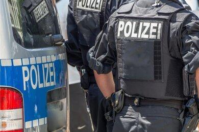 Polizei im Einsatz. Beamte, so wie in diesem Symbolbild, sollen das Einhalten der Coronaregeln bei Demonstrationen überwachen und durchsetzen.