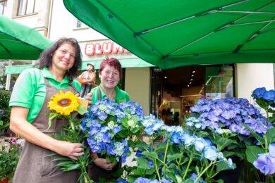 Gewonnen hat auch Blume 2000 an der Bahnhofstraße. Christina Galle (li.) und Manuela Schaller freuten sich über den Blumenaugust.