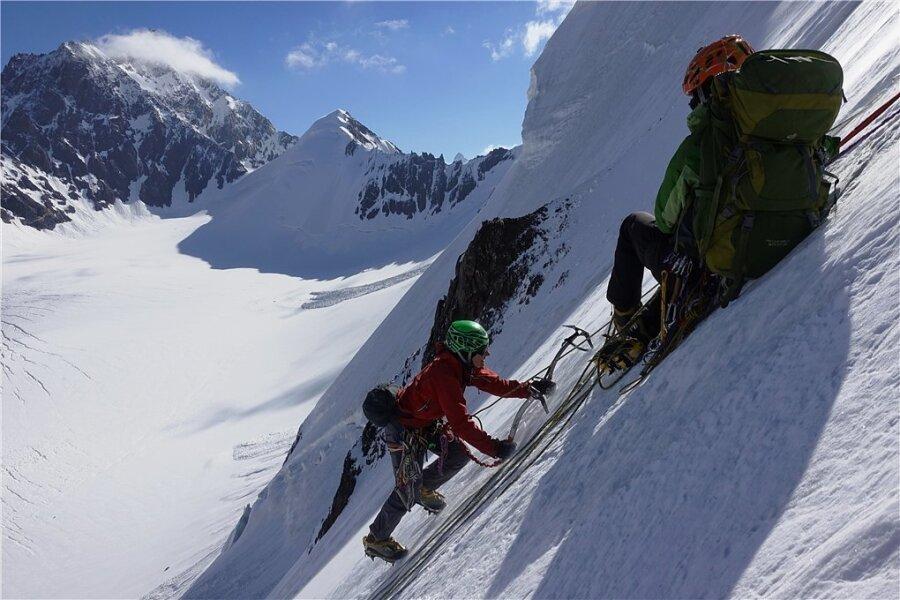 Genuss-Eisklettern in der Nordwand des Pik Nazh.