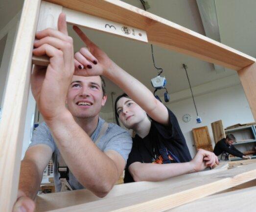 """<p class=""""artikelinhalt"""">Willi Roscher und Sarah Neef (r.) werden in der Holzwerkstatt des Berufsschulzentrums Limbach-Oberfrohna zu Tischlern ausgebildet. </p>"""