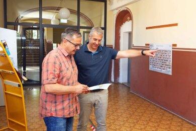 Götz Müller, Chef des Bau-Fachbereichs, und Schulleiter Jörg Erler (rechts) besprechen die nächsten Bauprojekte in der Sahnschule. Im Hintergrund ist eine der bereits eingebauten Brandschutztüren zu sehen.