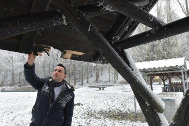 René Straßberger, der Bürgermeister der Gemeinde Bobritzsch-Hilbersdorf, an der beschädigten Überdachung einer Sitzgruppe am Naherholungsgebiet ehemaliges Freibad in Oberbobritzsch. Die Randalierer waren vermutlich amSilvestertag unterwegs.