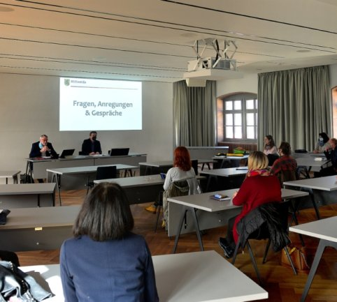 Mittelsachsens Landrat Matthias Damm (li. hinten) und OB Ralf Schreiber haben sich am Donnerstag im Saal des Mittweidaer Rathauses im Gespräch den Sorgen der hiesigen Einzelhändler gewidmet.