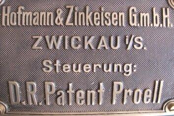 Das Typenschild der Dampfmaschine von Hofmann & Zinkeisen.