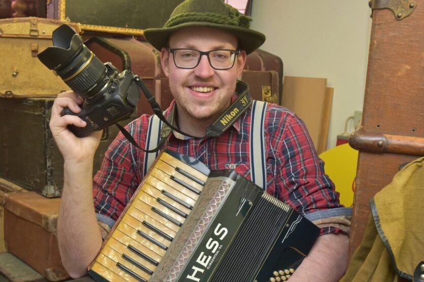 Robby Schubert aus Gelenau ist im Erzgebirge fest verwurzelt. Er zählt zu den Menschen, die sich für Mundart und regionales Brauchtum begeistern. Ein kleines Akkordeon zählt in vielen Lebenslagen zu seinen Begleitern.