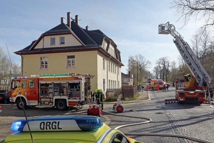 Blick zum Wohnhaus an der Rosa-Luxemburg-Straße: Die Feuerwehr war am 16. April 2020 mit einem Großaufgebot im Einsatz.