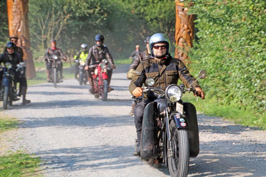 Mehr als 200 Biker auf Schlösser- und Burgenfahrt in Augustusburg