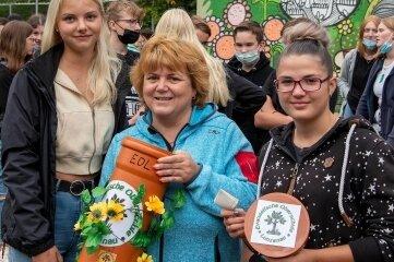 Marit Schulze, Carolin Endmann und Laura Brauer (v. l.) mit der Zeitkapsel voller Wunschzettel.