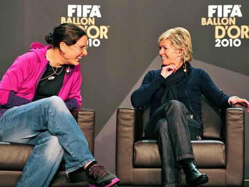 Silvia Neid (r.) wurde von der FIFA zur Welt-Trainerin des Jahres gewählt