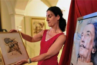 Ina Klemm, Geschäftsführerin der Sport und Tourismus GmbH, zeigt eine der zu verlosenden Lithografien von Dalí.