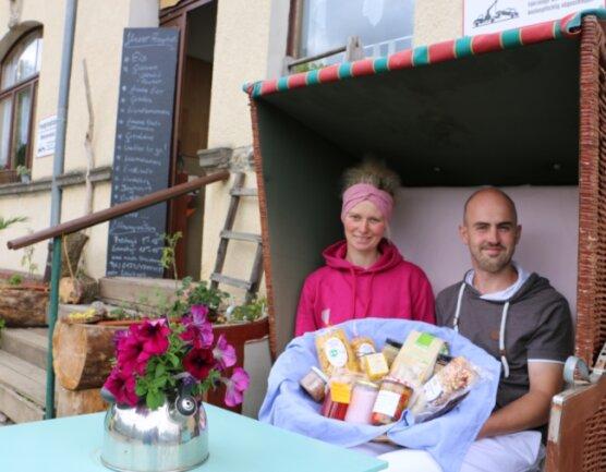 Kathrin Metzner und Michael Ehrhardt vor ihrem neuen Dorfladen in Kloschwitz.