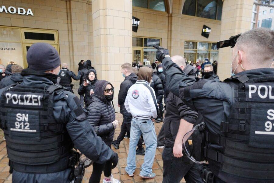 Polizisten gehen gegen Teilnehmer der verbotenen Kundgebung in Chemnitz vor.