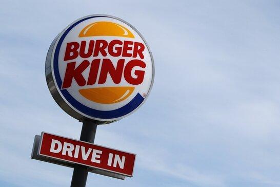 Eine Leuchtreklame steht in Kaufbeuren (Bayern) vor einem Restaurant der Fastfoodkette Burger King. Der Streit um den gekündigten Franchisenehmer Yi-Ko wird am Montag erstmals öffentlich vor Gericht ausgetragen.