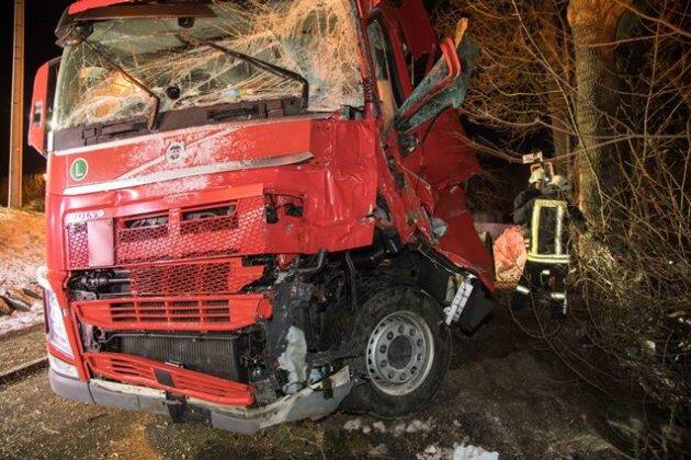 Lkw kollidiert mit Baum