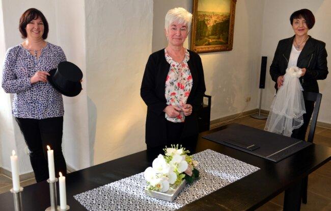 Die Standesbeamtinnen Melanie Höfer, Regina Eckart und Ines Leuchtmann (v. l.) im Trauzimmer im Herfurthschen Haus in Hainichen.