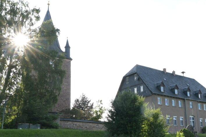 """Wenn die Abendsonne über der Kindertagesstätte """"Spatzennest"""" in Stangengrün scheint, soll im Obergeschoss des gleich neben der Kirche gelegenen Hauses bald Leben einziehen."""