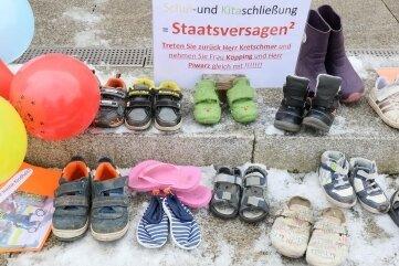 Kinderschuhe und kleine Plakate vor dem Zwickauer Rathaus.