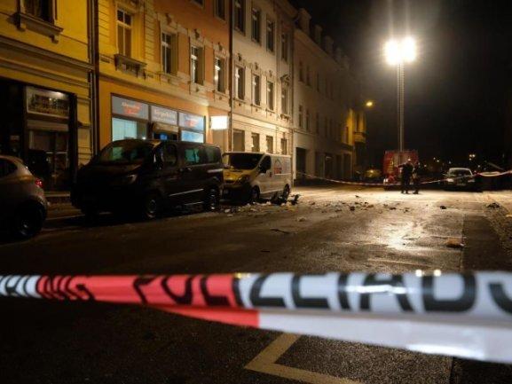 Die Bahnhofstraße in Höhe des Bürgerbüros der AfD nach einer Explosion abgesperrt.