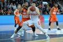 Luka Mitrovic (r.) verlässt Brose Bamberg
