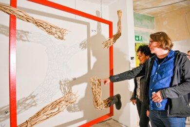 """Im Solbrigplatz 2 setzen sich Künstler mit dem Werk und den Aussagen Mattheuers auseinander. Hier spricht Chris Blechschmidt mit Ines Wetzel über seine Istallation""""Schattenmitte""""."""