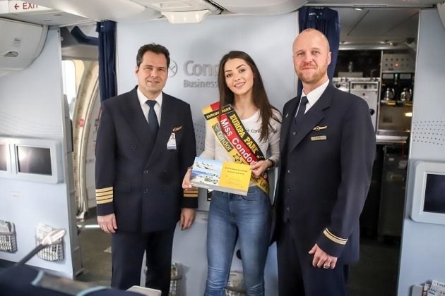 Anastasia Aksak (Mitte) bei der Wahl zur Miss Condor auf dem Flug nach Fuerteventura